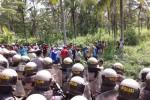 Suasana di Desa Sidorejo, Temon Kulonprogo saat tim appraisal Bandara Kulonprogo dihalangi masuk oleh warga. Aparat Kepolisian turun tangan untuk pengamanan. (Sekar Langit Nariswari/JIBI/Harian Jogja)