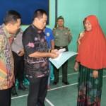 Bupati Karanganyar, Juliyatmono, menyerahkan bantuan Rp500.000 kepada perwakilan pedagang yang menjadi korban kebakaran di Pasar Karangpandan, Sabtu (28/5/2016). (Sri Sumi Handayani/JIBI/Solopos)
