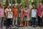 Bekti Dwi Andari (tiga dari kanan) saat menerima penghargaan Delapan Tokoh Inspirasi Harian Jogja, Selasa (31/5/2016). (Nina Atmasari/JIBI/Harian Jogja)