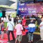 Sejumlah warga saat berjoget dalam rangkaian pentas seni campursari pemecahan rekor Muri di Alun-Alun Wonosari, Minggu (22/5/2016) . (David Kurniawan/JIBI/Harian Jogja)