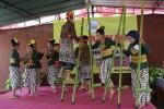 Sejumlah anak memperagakan permainan egrang yang dimodifikasi dengan kreativitas dalam perlombaan dolanan anak di Kecamatan Ngemplak, Selasa (17/5/2016). (Abdul Hamid Razak/JIBI/Harian Jogja)