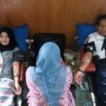 Dua pendonor darah sedang diambil darahnya dalam kegiatan donor darah gelaran PPNI Komisariat RSUD Kartini Karanganyar, Sabtu (21/5/2016) pagi. (Kurniawan/JIBI/Solopos)