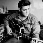 Elvis dan gitar legendarisnya. (Istimewa)