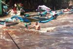 Sejumlah nelayan sedang berusaha menyelamatkan kapal agar tidak terseret arus di Pantai Baron, Desa Kemadang, Tanjungsari. Akibat adanya gelombang tinggi berdampak terhadap kerusakan kapal dan tempat berjualan milik pedagang. Selasa (24/5/2016). (David Kurniawan/JIBI/Harian Jogja)