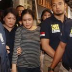 Tersangka kasus pembunuhan Wayan Mirna Salihin, Jessica Kumala Wongso (tengah) dikawal petugas keluar dari ruang tahanan saat akan dilimpahkan ke Kejaksaan Negeri Jakarta Pusat, di Polda Metro Jaya, Jakarta, Jumat (27/5/2016). Polda Metro Jaya menyatakan berkas perkara kasus kopi beracun yang menjerat tersangka Jessica Wongso akhirnya lengkap yaitu P21. Berdasarkan ketentuan pasal 139 KUHAP secara formil dan materil berkas perkara dapat dilimpahkan ke pengadilan. (JIBI/Antara Foto/Reno Esnir)