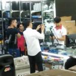Jokowi (baju putih) dan putranya Kaesang (kaus hitam) saat di Mangga Dua (Tjan Andry/Facebook)