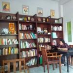 Salah seorang pengunjung Café Librairie di Jl. Lumban Tobing No. 2, Stabelan, Banjarsari, Solo, Yuli Ardika, bersantai di kafe tersebut. Foto diambil pekan lalu. (Ivan Andimuhtarom/JIBI/Solopos)