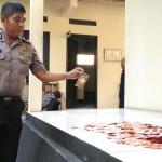 Kapolsek Gamping Kompol Agus Zaenudin menunjukkan ratusan kondom yang disita dari sembilan salon di wilayah Gamping, Kamis (26/5/2016). (Foto istimewa)