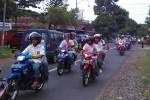 Sejumlah pelajar melakukan konvoi dengan mengenakan seragam yang telah dicorat-coret di sekitar wilayah Pengasih, Kulonprogo, Sabtu (7/5/2016). (Rima Sekarani I.N.)