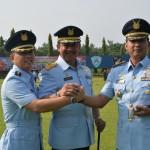 Danlanud Adisutjipto Marsma Imran Baidirus (tengah) melakukan salam komando bersama dua pejabat lama dan baru Komandan Wing Pendidikan Terbang, di Lapangan Jupiter Lanud Adisutjipto, Sabtu (30/4/2016). (Foto : IST)