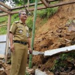 Camat Kismantoro, Joko Purwidyatmo saat meninjau lokasi longsor, Senin (30/5/2016). (istimewa)