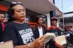 Widodo, Humas PPLP KP dan Martono, Ketua WTT saat membacakan pernyataan sikap sebagai pertanda konsolidasi resmi antara dua komunitas warga penolak proyek di pesisir Kulonprogo pada Selasa (10/5/2016). (Sekar Langit Nariswari/JIBI/Harian Jogja)