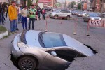 Mobil ambles di jalanan beraspal (Mirror)