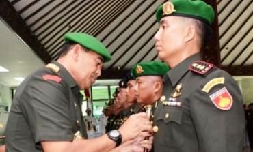 Pangdam IV/Diponegoro Mayjen TNI Jaswandi (kedua dari kanan) memasang tanda jabatan pada upacara sertijab tujuh perwira menengah di Serambi Kehormatan Makodam V/Diponegoro, Watugong, Kota Semarang, Sabtu (30/4/2016). (JIBI/Semarangpos.com/Istimewa)