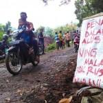 Berbagai spanduk dan poster berisi sindiran, protes, dan tuntutan warga Dusun Blubuk, Desa Sendangsari, Kecamatan Pengasih, terpasang di sepanjang jalan menuju area penambangan andesit di Dusun Clapar III, Desa Hargowilis, Kecamatan Kokap, Kulonprogo, Senin (30/5/2016). (Rima Sekarani I.N/JIBI/Harian Jogja)