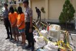 Sepasang kekasih pelaku pencurian dan sejumlah barang bukti di Polres Kulonprogo, Selasa (24/5/2016). (Sekar Langit Nariswari/JIBI/Harian Jogja)