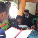 Sejumlah orang yang akan mendaki Gunung Lawu mengisi formulir pendaftaran berisi data diri dan jumlah orang yang mendaki melalui jalur pendakian Cemoro Kandang, Kamis (5/5/2016). (Sri Sumi Handayani/JIBI/Solopos)