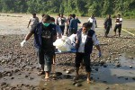 Petugas mengevakusi jasad yang ditemukan di aliran Sungai Progo, Pongahan, Sentolo pada Selasa (17/5/2016). (Sekar Langit Nariswari/JIBI/Harian Jogja)