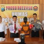 Kasat Reskrim Polres Madiun, AKP Gatot Setyo Budi, menunjukkan barang bukti kasus penipuan dan penggelapan dengan tersangka DK, 31, warga Sengon, Jombang, di Mapolres Madiun, Selasa (17/5/2016). (tribatanewsjatim.com)