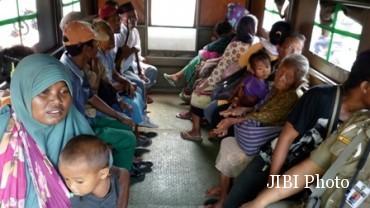 Petugas gabungan menjaring pengemis di Jl. Yos Sudarso, Serengan, Solo dan langsung membawa mereka ke kantor Satpol PP Solo, Jumat (27/5/2016). (Muhammad Ismail/JIBI/Solopos)