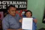 Yoga Adi Pratama dan Lina Situmorang, dua PKL UGM menunjukan surat pelarangan berjualan dari UGM di kantor LBH Jogja. (Ujang Hasanudin/JIBI/Harian Jogja)