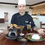 Executive Chef Aston Solo Hotel, Felix Ridwan, menunjukkan menu terbaru di hotel setempat, Senin (16/5/2016). (Shoqib Angriawan/JIBI/Solopos)