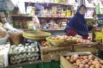 Pedagang grosir Pasar Beringharjo Tinem menunggu dagangannya di kiosnya, Senin (9/5/2016). Saat ini banyak komoditas yang mengalami kenaikan harga. (Bernadheta Dian Saraswati/JIBI/Harian Jogja)