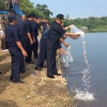 Bupati Bantul Suharsono saat melepas benih ikan di Bendung Tegal, Kebonagung, Imogiri, Bantul, Rabu (25/5/2016). (Yudho Priambodo/JIBI/Harian Jogja)