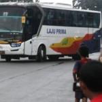 Belasan anak berusia belasan berburu rekaman video klakson tolalet bus di trotoar dekat pintu masuk Terminal Tingkir, Kota Salatiga, Sabtu (14/5/2016) sore. (Imam Yuda Saputra/JIBI/Semarangpos.com)