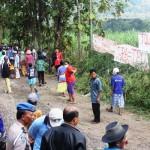 Warga berkumpul di area TPAS Desa Jogoprayan, Kecamatan Gantiwarno, Klaten untuk melakukan aksi penolakan terhadap pembangunan fasilitas itu di daerah perbatasan, Kamis (26/5/2016). (David Kurniawan/JIBI/Harian Jogja)