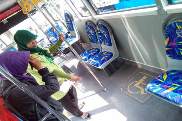 Petugas kabin Transjogja menunjukkan ruang khusus penyandang disabilitas di Trans Jogja. Armada baru ini didesain lebih ramah bagi penyandang disabilitas. (Gilang Jiwana/JIBI/Harian Jogja)