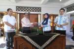 Kepala BPJS Kesehatan Kantor Cabang Utama Jogja Upik Handayani (dua kanan) bersalaman dengan Rektor UMY Bambang Cipto (dua kiri) setelah melakukan penandatanganan MoU Kepesertaan Mahasiswa, Selasa (3/5/2016). (Bernadheta Dian Saraswati/JIBI/Harian Jogja)