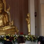Umat Buddha mengikuti ibadah Puja Bakti di Vihara Dhamma Sundara, Pucangsawit, Solo, Minggu (22/5/2016). Ibadah Puja Bakti tersebut sebagai rangkaian peringatan detik-detik Hari Raya Tri Suci Waisak 2560/2016. (Ivanovich Aldino/JIBI/Solopos)