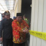 Bupati Sukoharjo, Wardoyo Wijaya (kanan, baju batik) memasang perda line di pintu toko modern di Kelurahan Dompilan, Kecamatan Bendosari, Kabupaten Sukoharjo, Rabu (1/6/2016). (Trianto Hery Suryono/JIBI/Solopos)