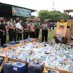 Forum Komunikasi Pimpinan Daerah (Forkompinda) Kabupaten Karanganyar memusnahkan ribuan liter minuman keras hasil operasi pada 2016 di halaman upacara Mapolres Karanganyar, Kamis (2/6/2016). (Sri Sumi Handayani/JIBI/Solopos)