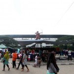 Aktivitas pedagang kaki lima (PKL) berjualan saat Sunday Market di kompleks Stadion Manahan, Solo, Minggu (5/6/2016). PKL tetap berjualan meskipun sebagian menerima pesan singkat Sunday Market libur. (Ivanovich Aldino/JIBI/Solopos)