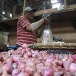 Salah satu pedagang, Subur Widodo, mengayak bawang putih di kiosnya yang ada di Pasar Legi Solo, Minggu (5/6/2016). Harga bawang merah dan bawang putih turun sehari sebelum puasa. (Shoqib Angriawan/JIBI/Solopos)