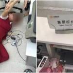 Seorang pekerja bandara terkapar setelah dihajar calon penumpan. (Istimewa/Facebook)