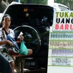 Pedagang menjual jasa penukaran uang recehan di Jl. Alun-alun utara, Jumat (10/6/2016). Untuk menukarkan uang recehan sebanyak Rp100.000,- warga harus membayar Rp110.000. (Sunaryo Haryo Bayu/JIBI/Solopos)