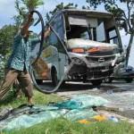 Kondisi bagian depan bus Mira yang rusak parah setelah menabrak bagian belakang bus Eka di Ring Road Utara, tepatnya di kawasan Nglorog, Sragen, Senin (20/6/2016). (Moh. Khodiq Duhri/JIBI/Solopos)