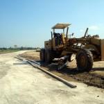 Seorang pekerja mengoperasikan alat berat di pintu keluar jalan tol km 35 di Pungkruk, Kecamatan Sidoharjo, Sragen, Kamis (23/6/2016). PT SNJ bakal mendirikan posko di tempat tersebut untuk pemantauan arus mudik Lebaran. (Tri Rahayu/JIBI/Solopos)