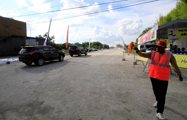 Pengendara mobil melintasi gerbang masuk jalan tol Solo-Sragen di Klodran, Colomadu, Karanganyar, Rabu (29/6/2016). Jalan tol Solo-Sragen mulai dibuka pada Rabu (29/6/2016) untuk mobil pribadi berukuran kecil dari pukul 06.00 WIB hingga 17.00 WIB. (Ivanovich Aldino/JIBI/Solopos)