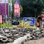 Pekerja menyelesaikan pembongkaran paving blok trotoar di depan Robinson, Purwosari, Solo, Kamis (30/6/2016). Pembongkaran tersebut untuk mengalihfungsikan trotoar menjadi taman agar dapat menambah Ruang Terbuka Hijau (RTH) Kota Solo. (Ivanovich Aldino/JIBI/Solopos)