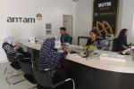 Beberapa customer melakukan transaksi di Butik Emas Logam Mulia Cabang DIY, Senin (13/6/2016). (Bernadheta Dian Saraswati /JIBI/Harian Jogja)