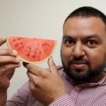 Asif Iqbal memperlihatkan semangka yang dipercaya memperlihatkan lafal Allah. (Istimewa)
