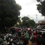 BANJIR SOLO : Warga Joyotakan Mengungsi di Sepanjang Jalan Solo-Sukoharjo