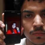 Hassan Khan menujukkan foto sang istri (Emirates247.com)