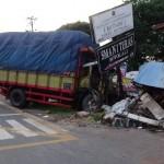 Kondisi truk menabrak pospol Randusari, Teras, Boyolali, Senin (13/6/2016). (JIBI/Solopos/Istimewa)