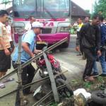 Bus Raya menabrak tiga sepeda motor di jalur Wonogiri-Sukoharjo, Nambangan, Selogiri, Selasa (7/6/2016). Tidak ada korban jiwa dalam peristiwa itu. (Bayu Jatmiko Adi/JIBI/Solopos)