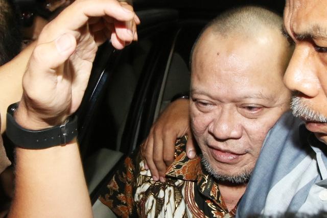 La Nyalla Mattalitti dikawal petugas saat tiba di Gedung Bundar Kejaksaan Agung, Jakarta, Selasa (31/5/2016). (JIBI/Solopos/Antara/Rivan Awal Lingga)